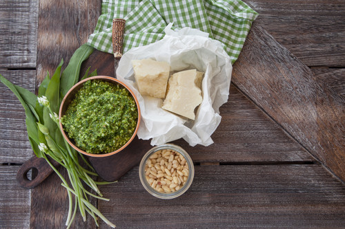Baerlauchpesto mit Parmesan und Pininenkernen